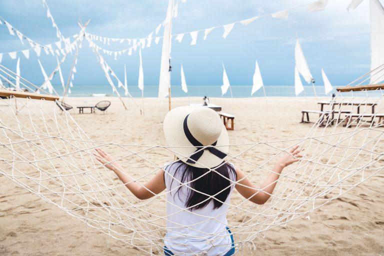 ผู้หญิงถ่ายรูปริมทะเล